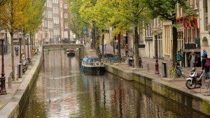 Амстердам с лодками, городом и рекой или ручьем 2/10 Амстердам с исторической архитектурой, ночными сценами и городом Амстердам с лодками, городом и рекой или ручьем Амстердам показывает дорожную езду на велосипеде, езду на велосипеде и спортивное мероприятие Амстердам, который включает в себя искусство и интерьер, а также небольшую группу людей Амстердам, который включает в себя вид на город, замок и наследие архитектуры 10 Исследуйте карту Откройте для себя Амстердам обзор Где остановиться Дела, которые необходимо сделать Отзывы Прогуляйтесь по сказочной решетке каналов и очаровательных кварталов, где очарование старого мира сочетается с современной роскошью и всемирно известной ночной жизнью. Амстердам является столицей Нидерландов и важным европейским центром с богатым и многокультурным характером. Исследуйте историческую гавань и полюбуйтесь уникальной архитектурой 19-го века высоких узких зданий, которые сгрудились над извилистыми каналами. Образуя U-образную форму вокруг исторического порта, средневековый центр города имеет очаровательные фасады с